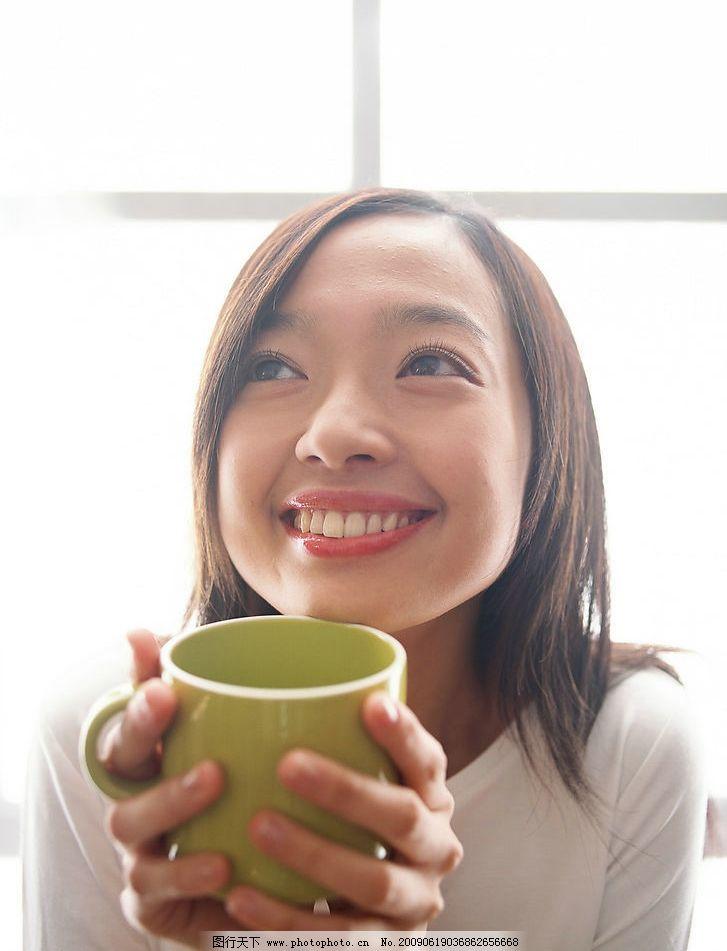 微笑喝水美女 微笑 喝水 女孩儿 人物图库 女性女人 摄影图库 350dpi