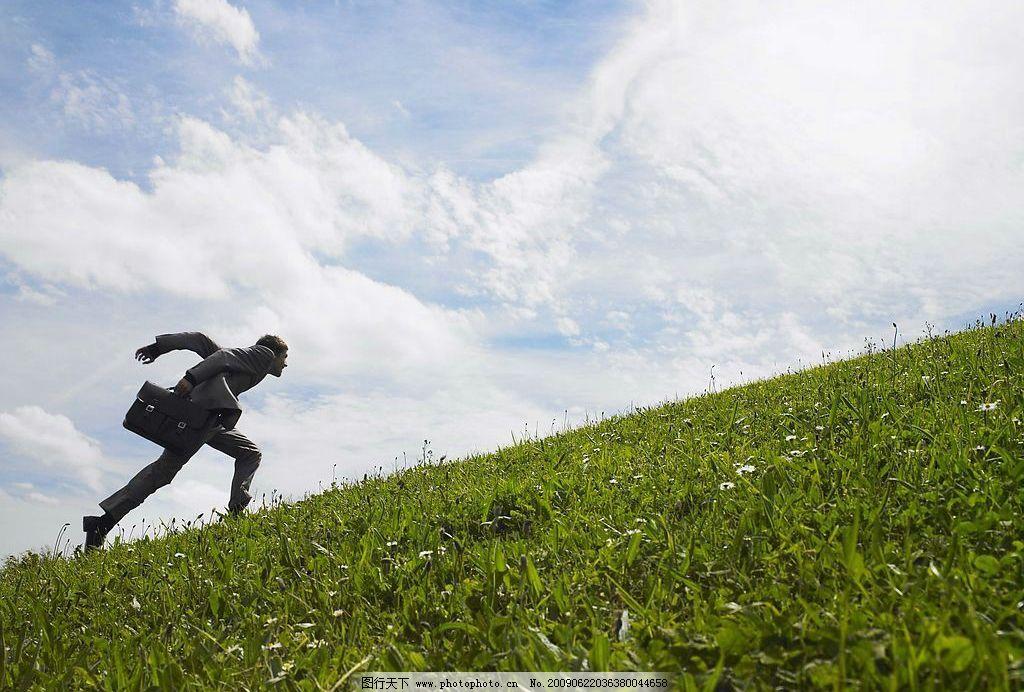 攀登人物 蓝天 白云 草地