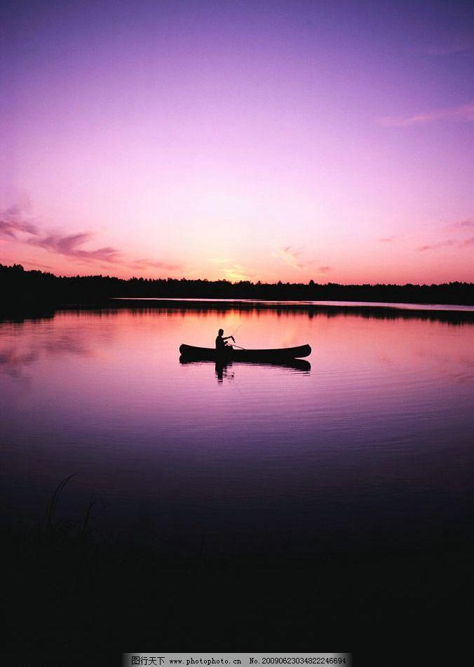 黄昏景观 黄昏 蓝天 桔红的天空 群山 树木 植物 小船 湖水 倒影 自然