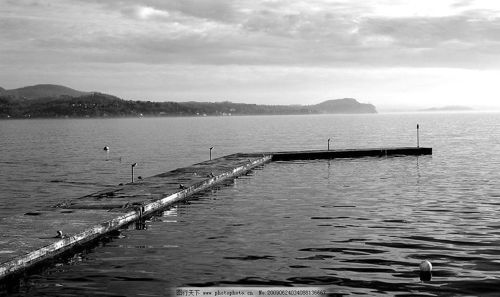 游艇码头 黑白场景 灯 浮球 海 山 房子 气势天空 旅游摄影 国外旅游