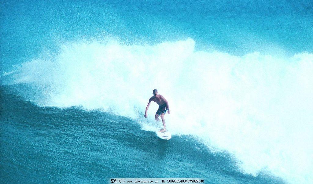 大海巨浪 巨浪 大海 海洋 海水 海浪 外国小孩 滑水板 自然景观 自然