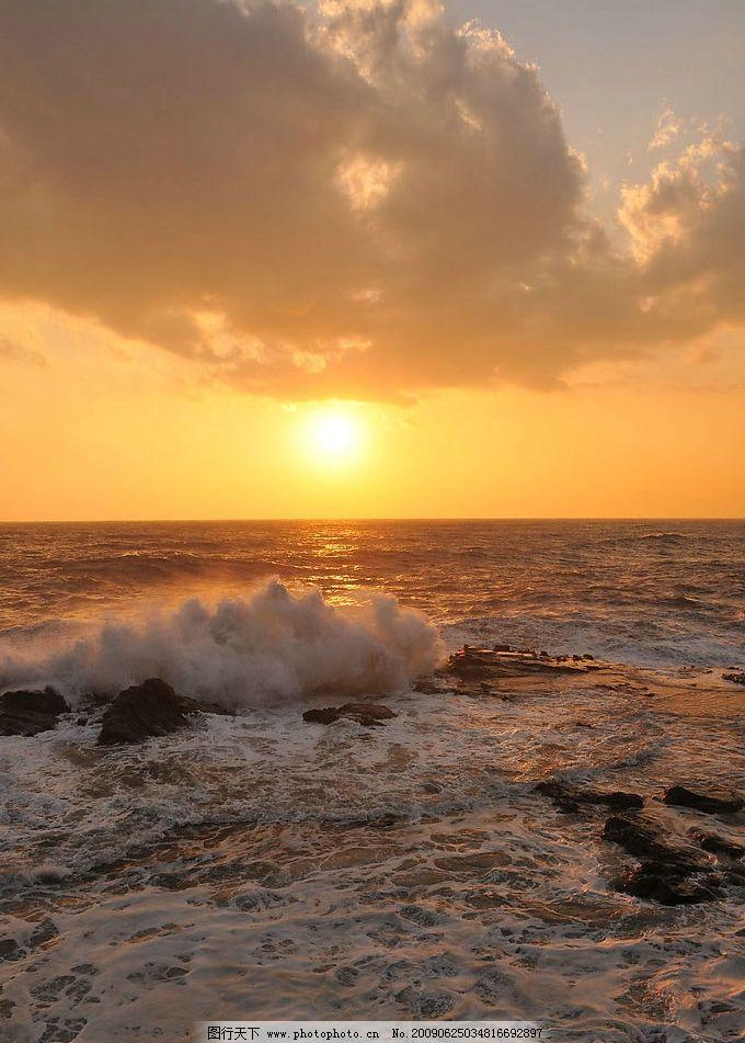 夕阳 夕阳下的海水 白云 彩霞 海边 太阳 阳光 自然景观 自然风景