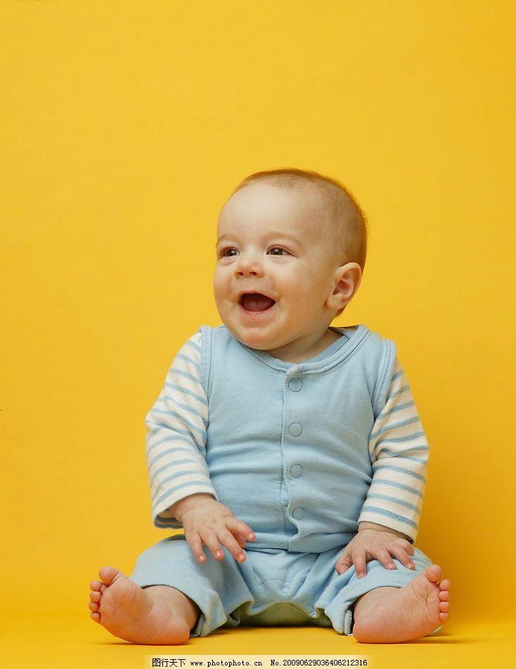 可爱宝宝 可爱 宝宝 黄色背景 全身像 坐像 大笑 蓝色婴儿服 人物图