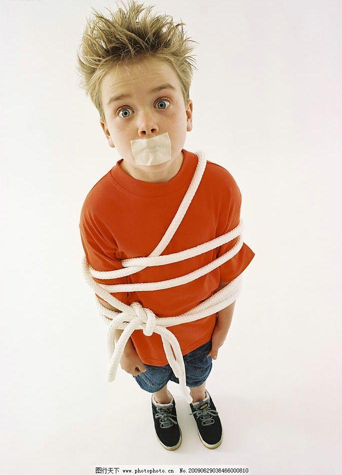 可爱的儿童 儿童 男孩 顽皮 绑架 捆绑 人物图库 儿童幼儿 摄影图库